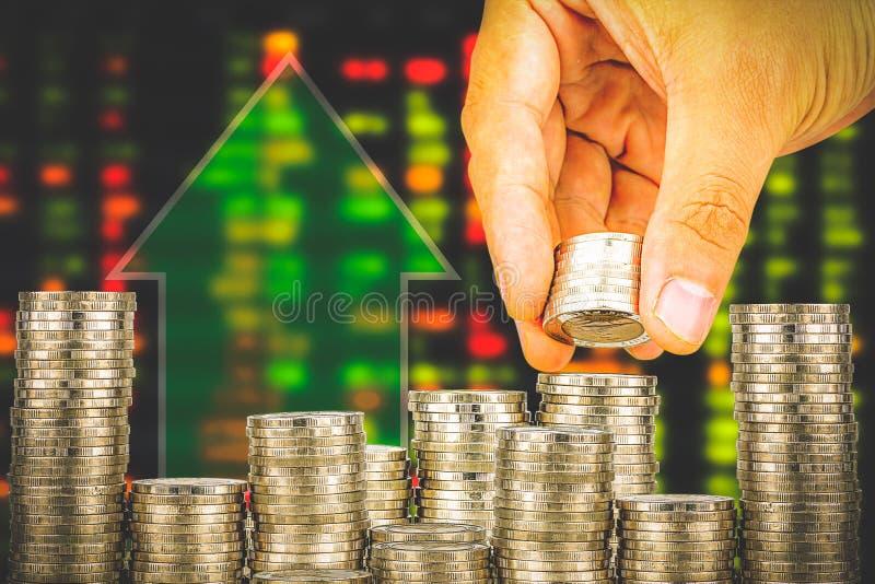 Finanse i oszczędzania pieniądze bankowości pojęcie, nadzieja inwestora pojęcie, Męska ręki kładzenia pieniądze moneta jak sterta zdjęcie royalty free