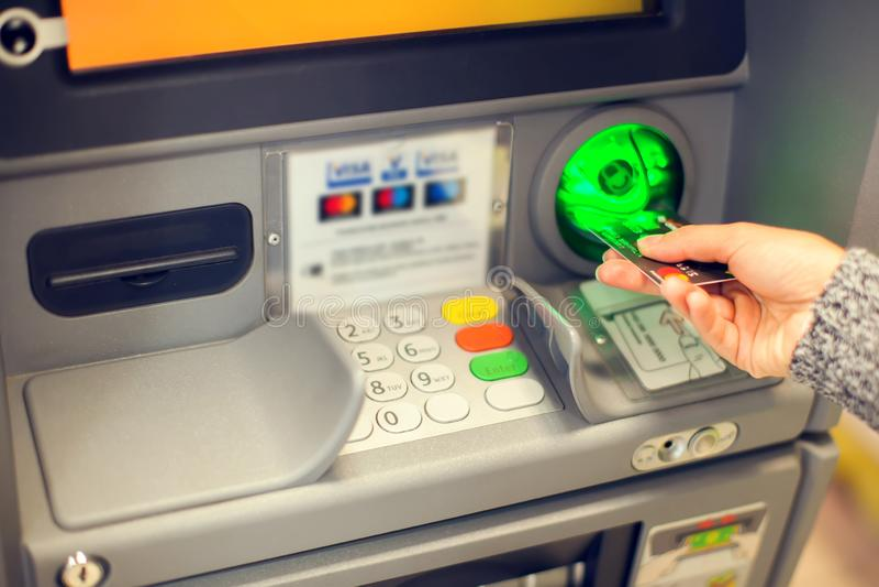 Finanse, pieniądze, bank i ludzie pojęć, - zakończenie ręka up wchodzić do fotografia stock