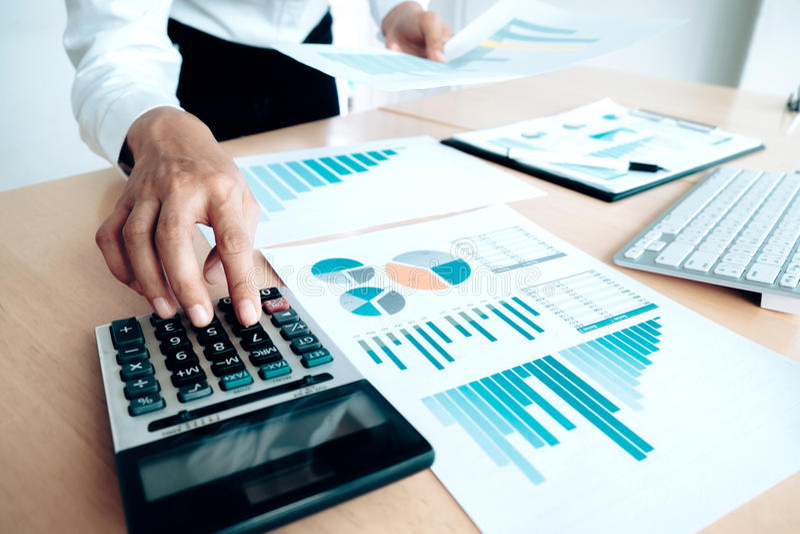 Finanser som sparar ekonomibegrepp Kvinnligt revisor- eller bankirbruk royaltyfri fotografi