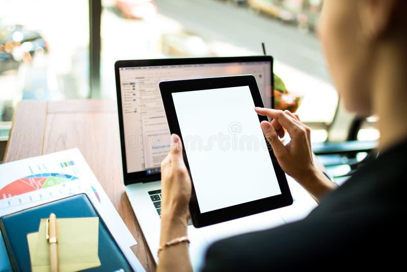 Finansiäronline-betalning via den digitala minnestavlan med den vita tomma bildskärmen vd genom att använda webbplatser royaltyfria bilder