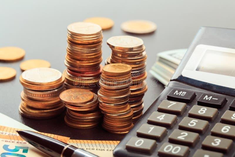 Finansiell affärsidékombination med mynt, pengar, räknemaskinen och pennan arkivfoton