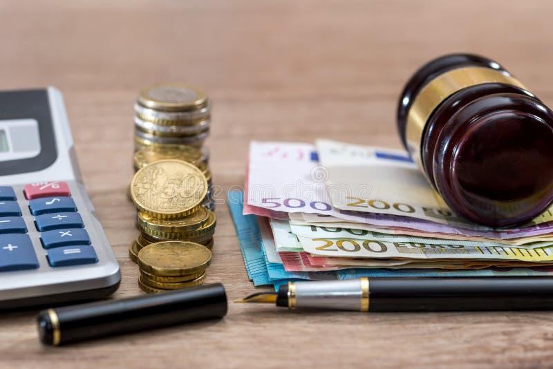 Finansiell begreppsmässig bild av det träauktionsklubban och euroet royaltyfri foto