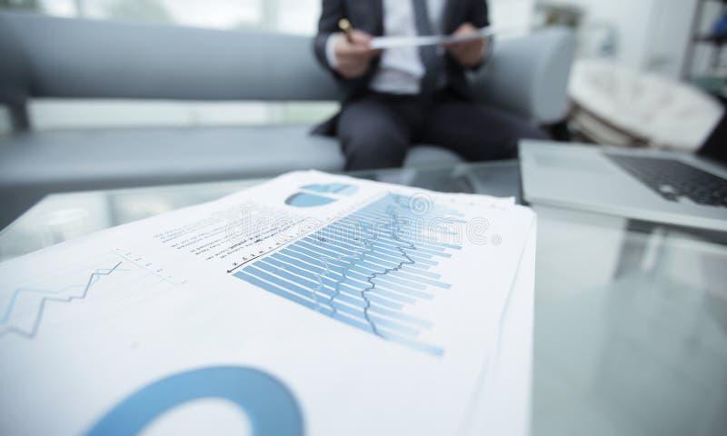 Finansiell graf på skrivbordet extra bakgrundsaffärsformat royaltyfria bilder