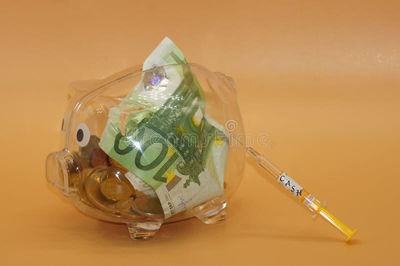 Finansiell injektion för spargrisen royaltyfria foton
