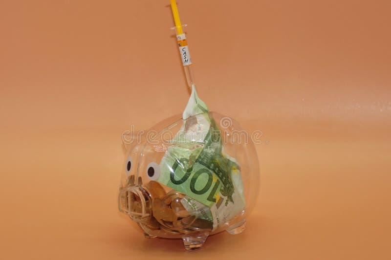 Finansiell injektion för spargrisen royaltyfri bild