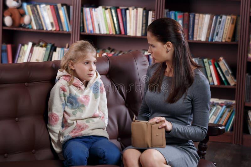 Finansiell konflikt av flickan och modern arkivfoton