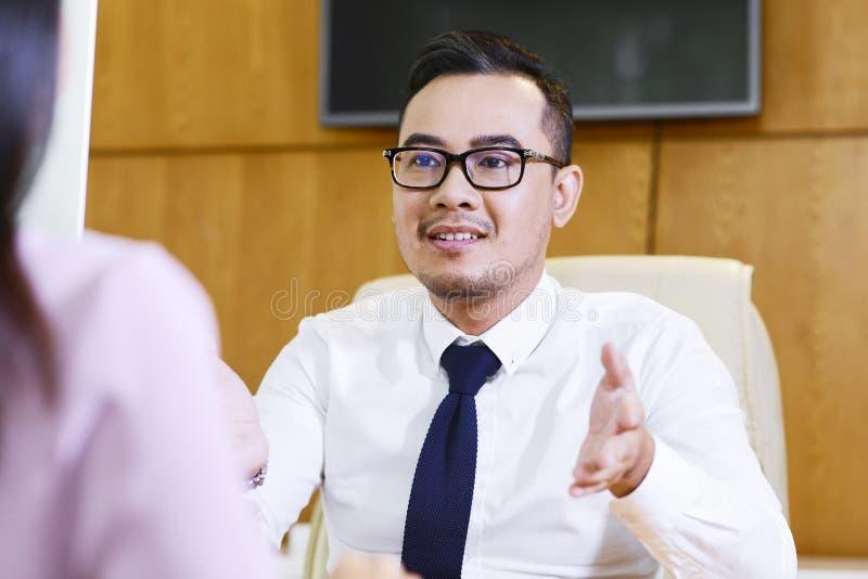 Finansiell konsulent som talar till klienten royaltyfria foton