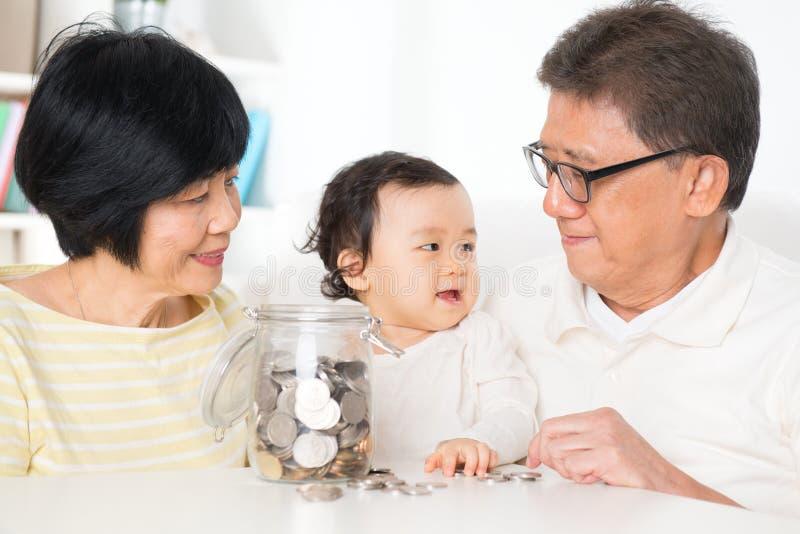 Finansiell planläggning för asiatisk familj royaltyfria foton