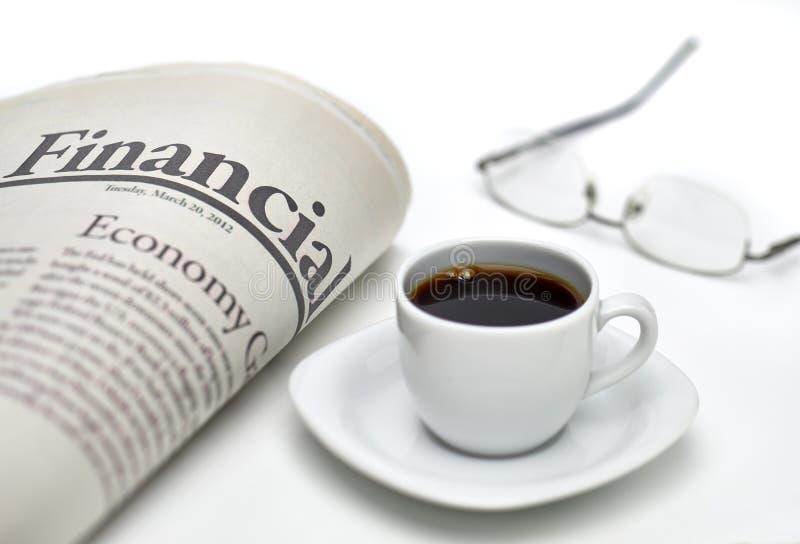 Finansiell tidning med kaffe arkivbilder