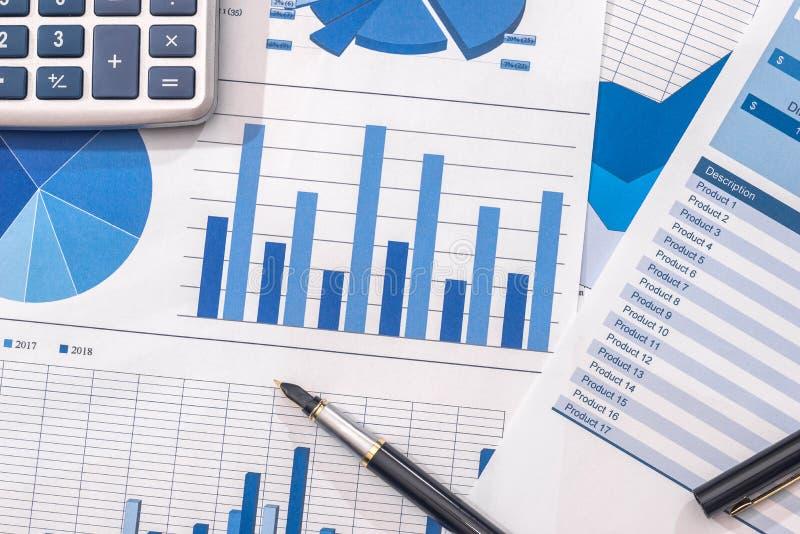 Finansiell utveckling - r?knemaskin och penna p? diagram- och grafpapper royaltyfri bild