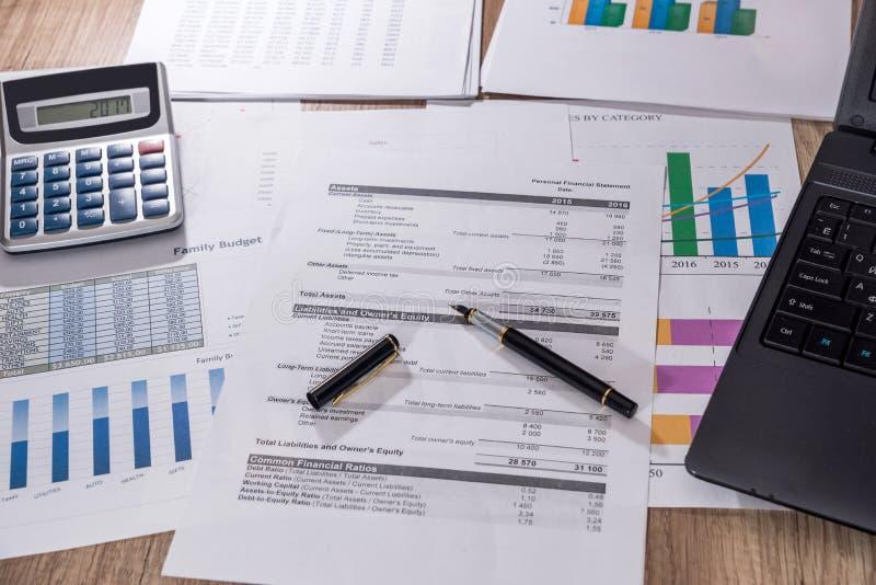 Finansiella diagram, grafer, diagram, finansiell rapport, dator och penna arkivbild
