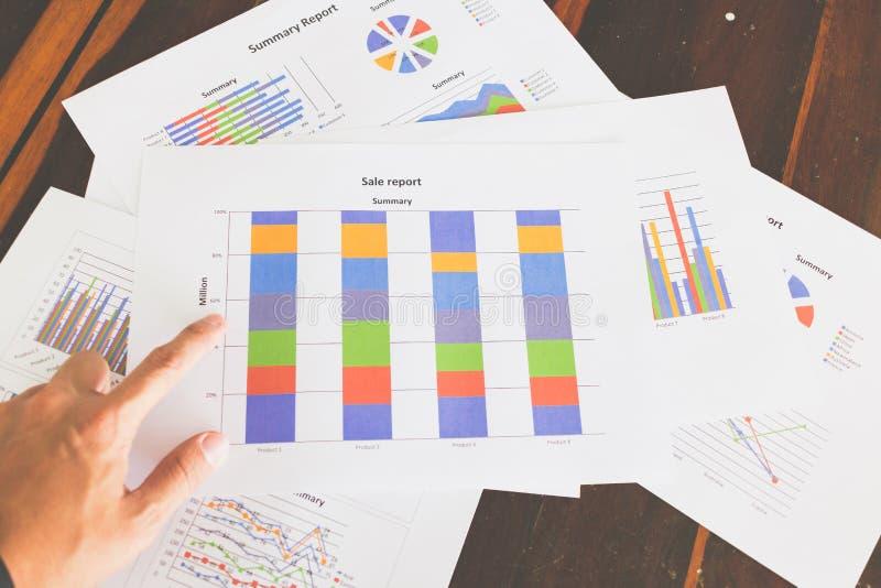 Finansiella grafer och diagram på trätabellen royaltyfri fotografi
