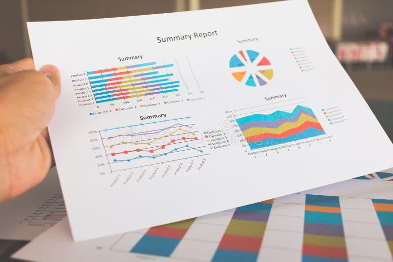 Finansiella grafer och diagram på trätabellen arkivfoton