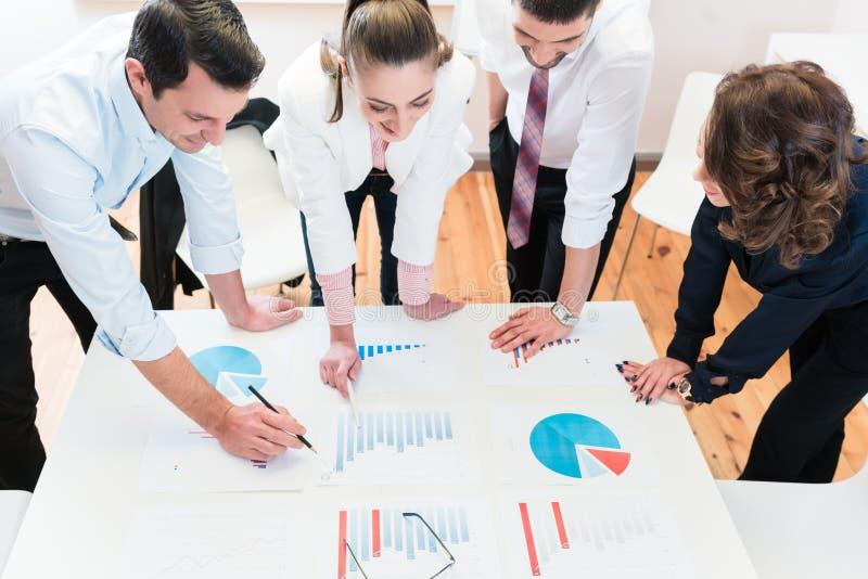 Finansiella konsulenter i banken som analyserar data arkivbild