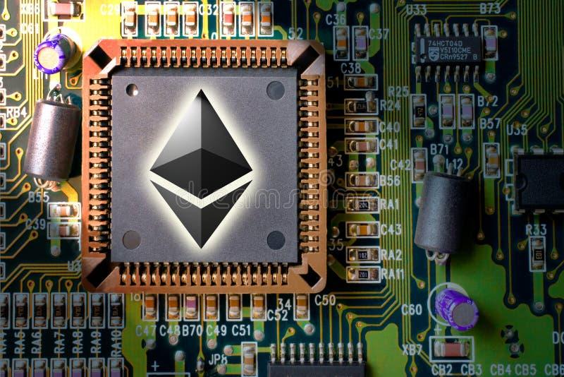 Finansiella teknologi- och internetpengar - bryta och mynt Ethereum ETH för strömkretsbräde arkivbild