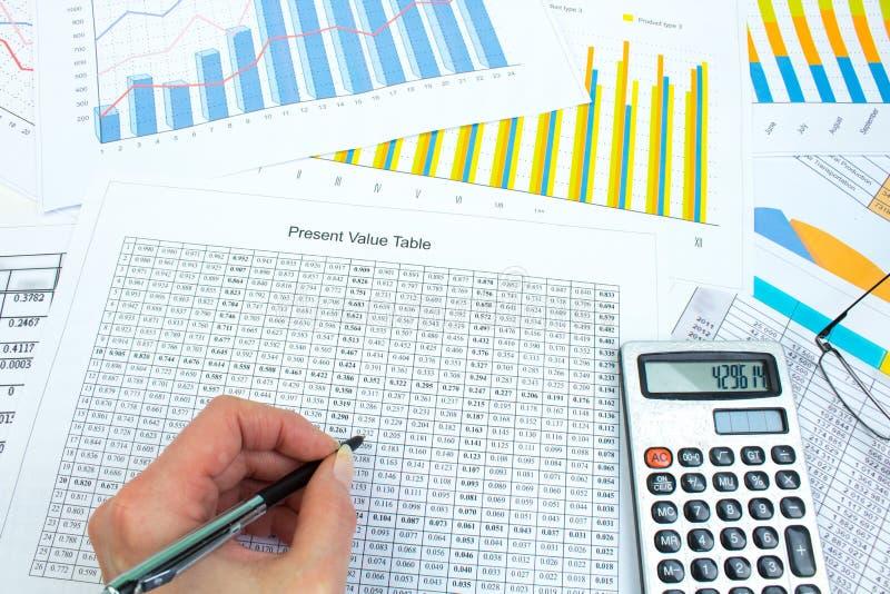 Finansiella Diagram  Grafer  Diagram  Finansiell Rapport  Dator Och Penna Arkivfoto