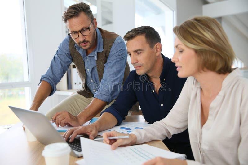 Finansiellt affärsfolk som diskuterar strategi arkivfoto