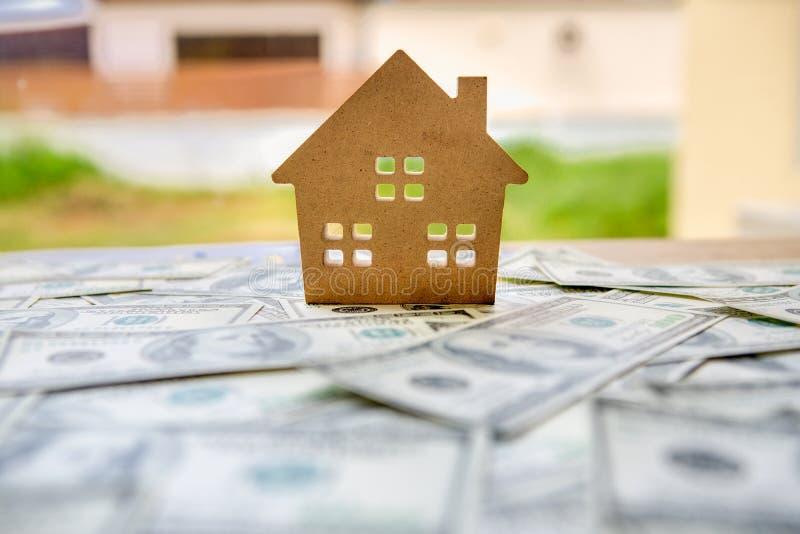 Finansiellt av investeringbegrepp med fastighetaffären för att tillväxt ska vinna vinst och bostads- med en husmodell som förlägg fotografering för bildbyråer
