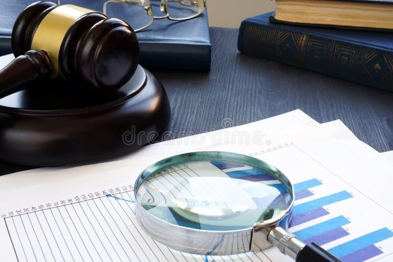 Finansiellt brott Auktionsklubba och förstoringsglas med affärsdokument bedrägeri royaltyfri fotografi