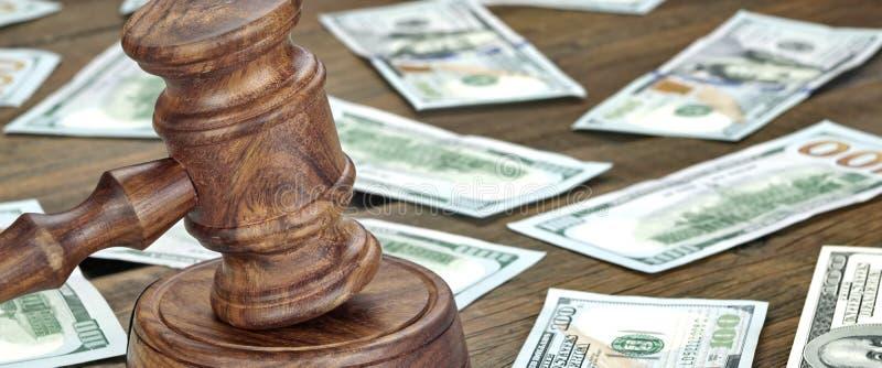 Finansiellt brott- eller auktionbegrepp med auktionsklubban och pengar Backgrou arkivfoto