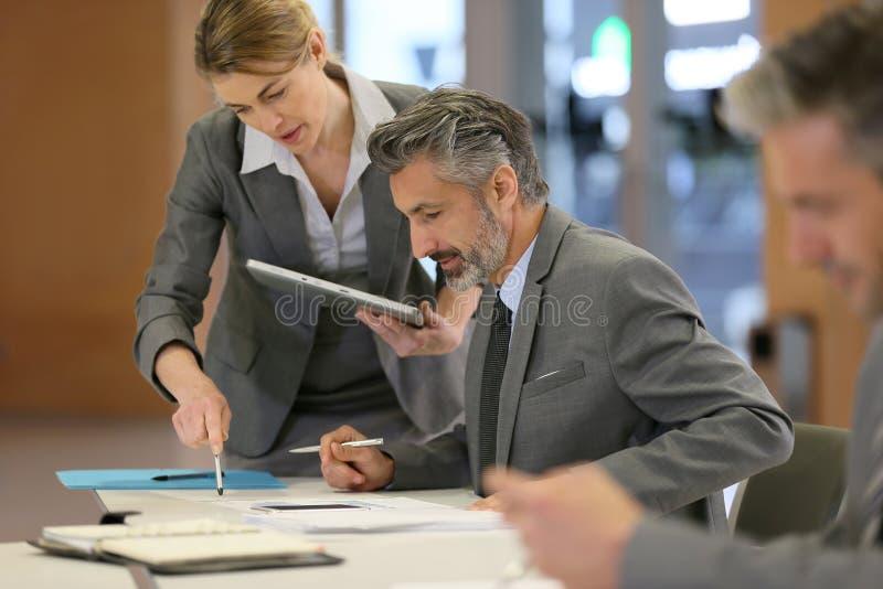 Finansiellt möte av affärspartners arkivbilder