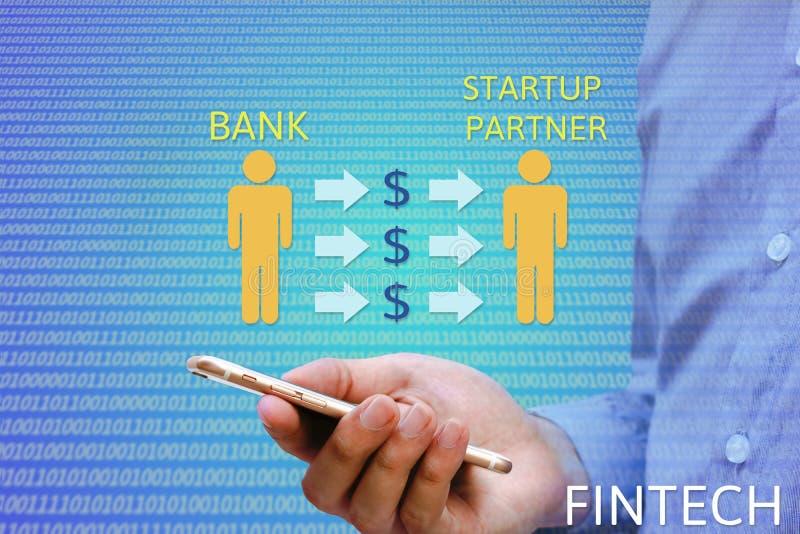 Finansiellt och teknologi & x28; FinTech& x29; begrepp Bankir som hyr partn royaltyfri bild