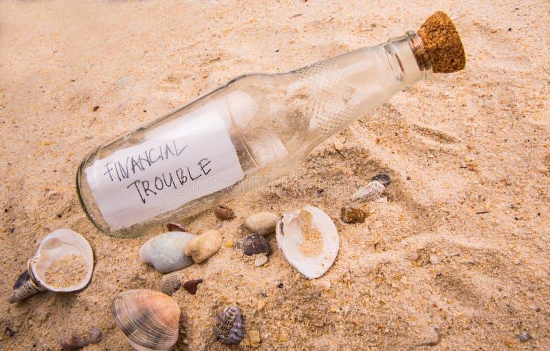 FINANSIELLT PROBLEMmeddelande i en flaska I royaltyfria foton