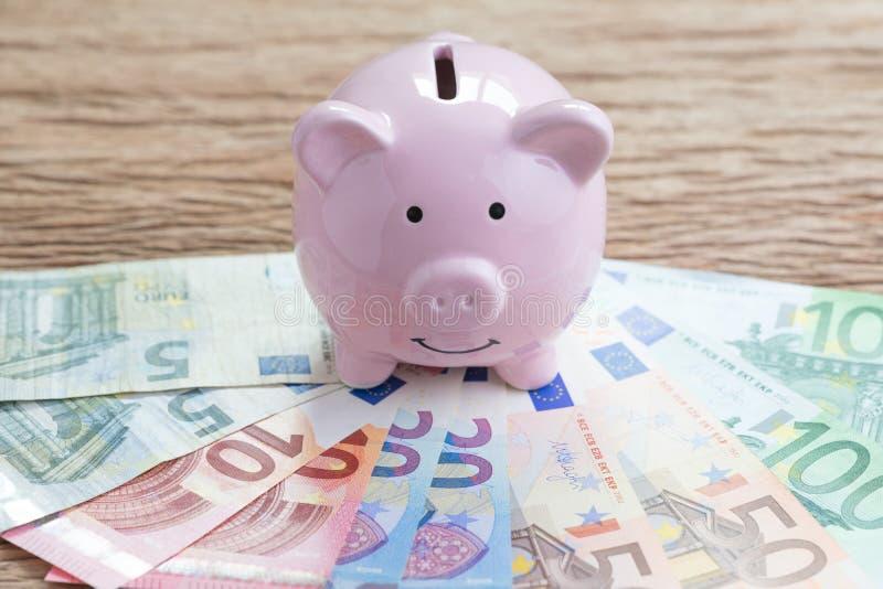 Finansiera pengarsparkontot, begreppet för Europa nationalekonomi, rosa pi arkivbilder