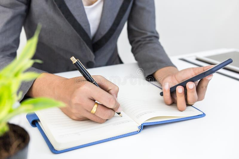 Finansowego kierownika zadania use mądrze telefon, czek dla wokoło finansowego kosztu przy biurem i notatka lub, biznesmen rechec fotografia royalty free