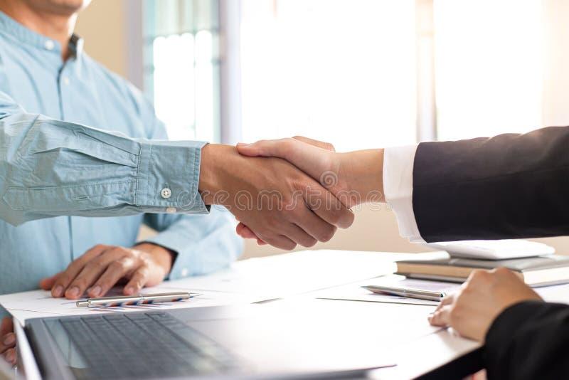 Finansrevisorer och marknadsmäklare som skakar hand för att gratulera till den tvåsiffriga fastighetsprestandan royaltyfri bild