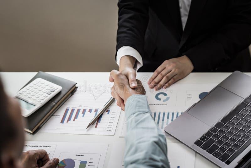 Finansrevisorer och marknadsmäklare som skakar hand för att gratulera till den tvåsiffriga fastighetsprestandan arkivfoton