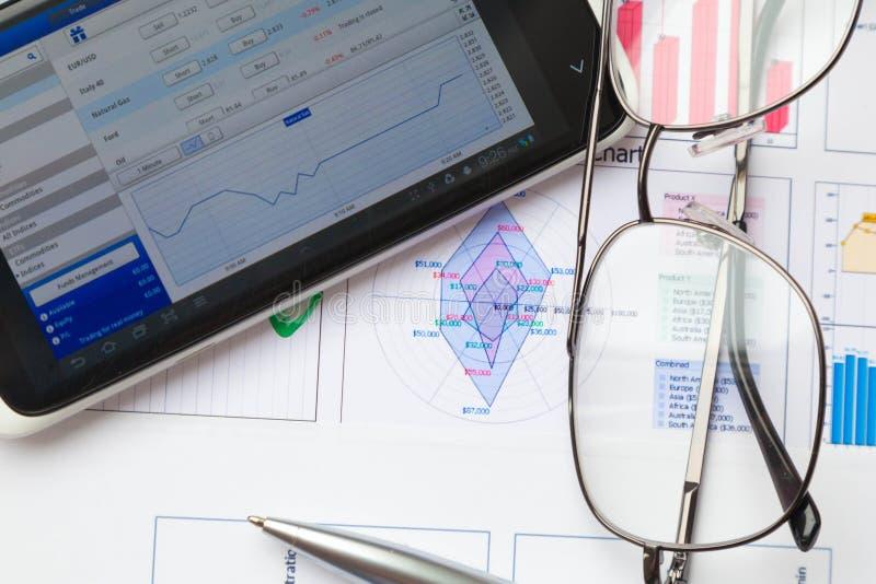 Finanza di affari, statistiche e ricerca analitica fotografia stock