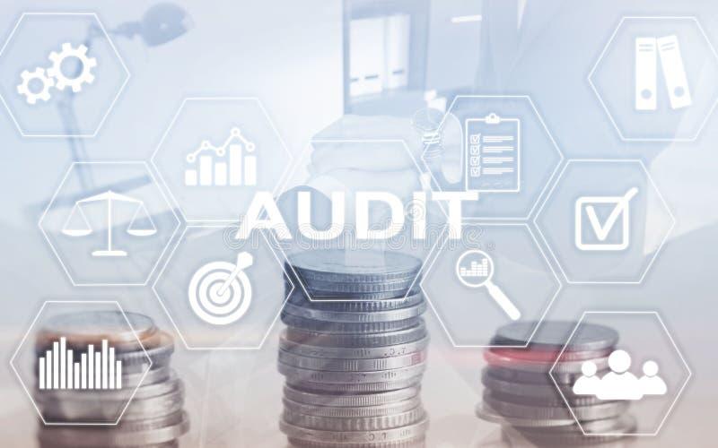 Finanza di verifica che conta concetto La doppia esposizione conia il fondo di affari e finanziario immagini stock