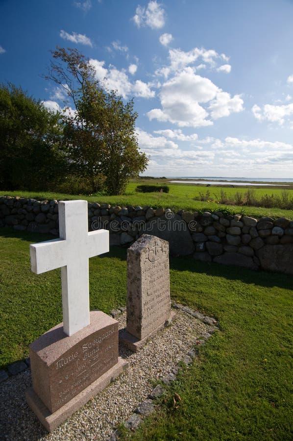 Finanzanzeige und Kreuz am Friedhof lizenzfreie stockbilder