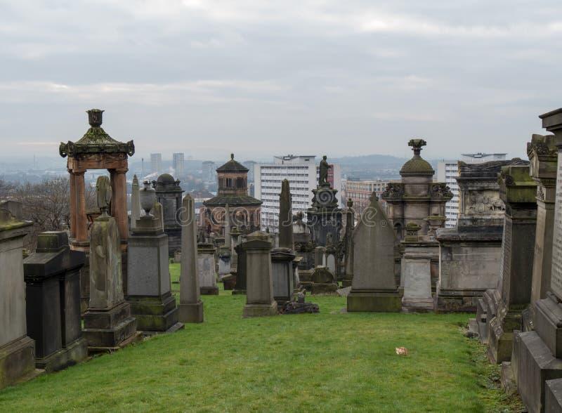 Finanzanzeigen am Friedhof, Glasgow stockfotografie