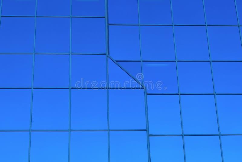 Finanzas de la perspectiva del rascacielos que construyen ventanas de cristal azules foto de archivo libre de regalías
