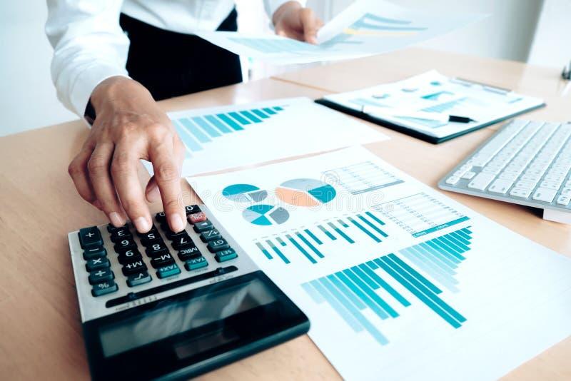 Finanzas que ahorran concepto de la economía Uso femenino del contable o del banquero fotografía de archivo libre de regalías