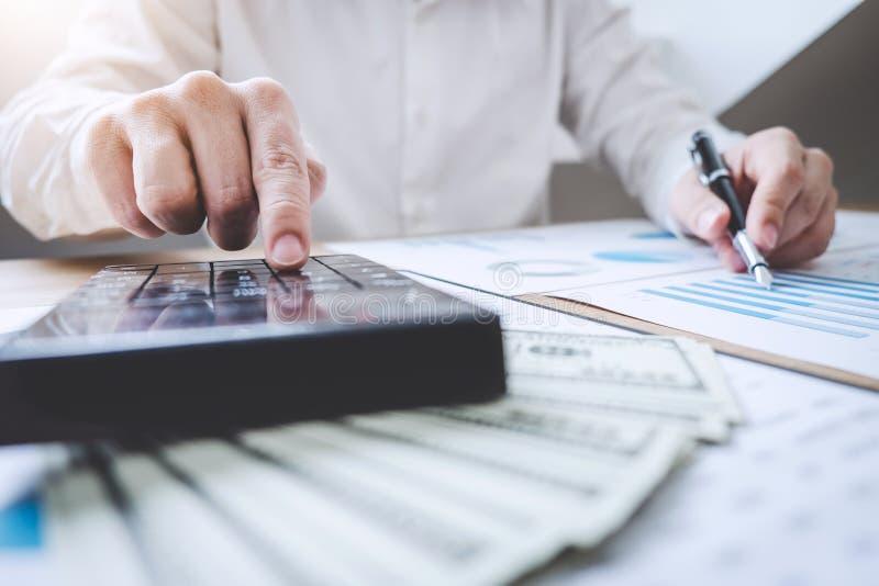 Finanzas que ahorran el concepto de las actividades bancarias, renta de los cálculos del contable del hombre y analizando datos f fotos de archivo libres de regalías