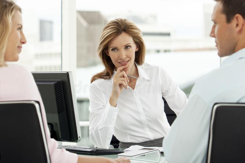 Finanzberater mit Paaren bei der Sitzung im Büro - Rechtsanwalt, der Rat zur Verfügung stellen, um zu bemannen und Frau - Immobil stockbilder