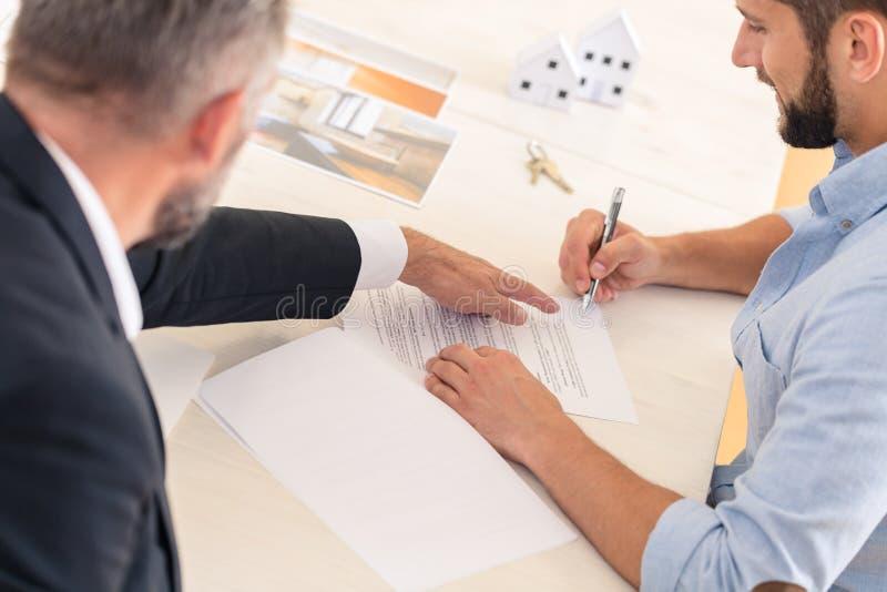 Finanzberater und Hauskäufer stockbilder