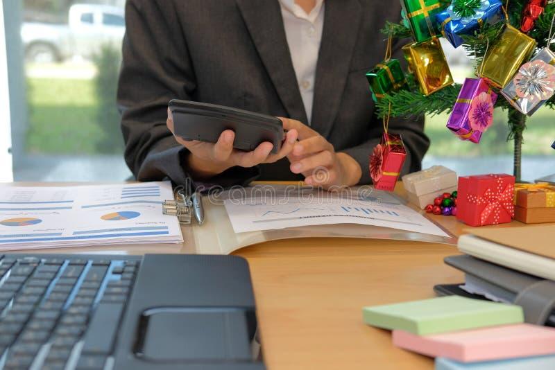 Finanzberatergebrauchstaschenrechner, zum des Einkommens u. des Budgets zu berechnen lizenzfreie stockfotos