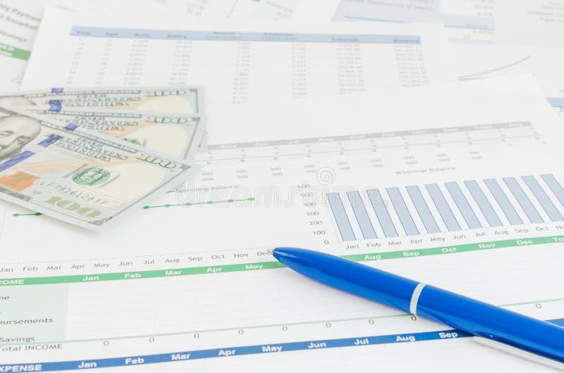 Finanzbericht mit Geld- und Stiftgeschäftskonzept lizenzfreie stockbilder