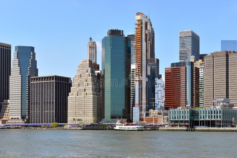 Finanzbezirk des Lower Manhattan angesehen von Brooklyn New York City, US Moderne B?rohaus stockbilder