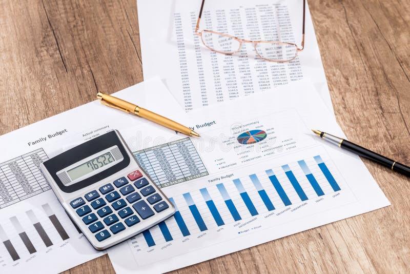 Finanzbuchhaltungsdiagramm- und -diagrammanalyse Zählung über Jahresbudget der Kosten lizenzfreie stockbilder