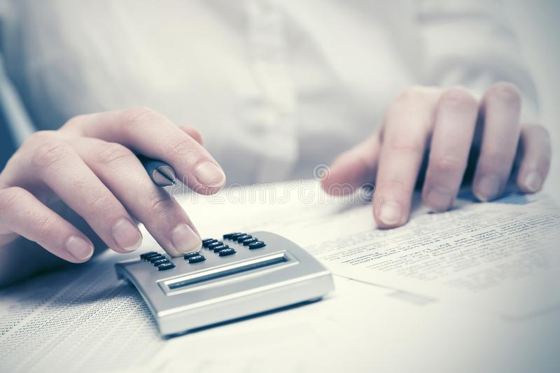 FinanzbuchhaltungsGeschäftsfrau, die Taschenrechner verwendet lizenzfreies stockbild