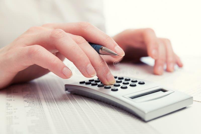 FinanzbuchhaltungsGeschäftsfrau, die Taschenrechner verwendet stockfotos