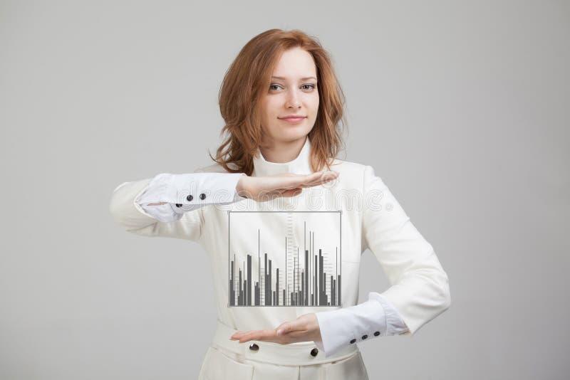 Finanzdaten-Konzept Frau, die mit Analytik arbeitet Diagrammdiagramminformationen über digitalen Schirm lizenzfreie stockfotos