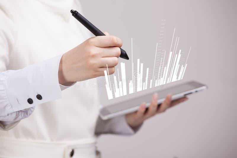 Finanzdaten-Konzept Frau, die mit Analytik arbeitet Diagrammdiagramminformationen über digitalen Schirm lizenzfreie stockbilder