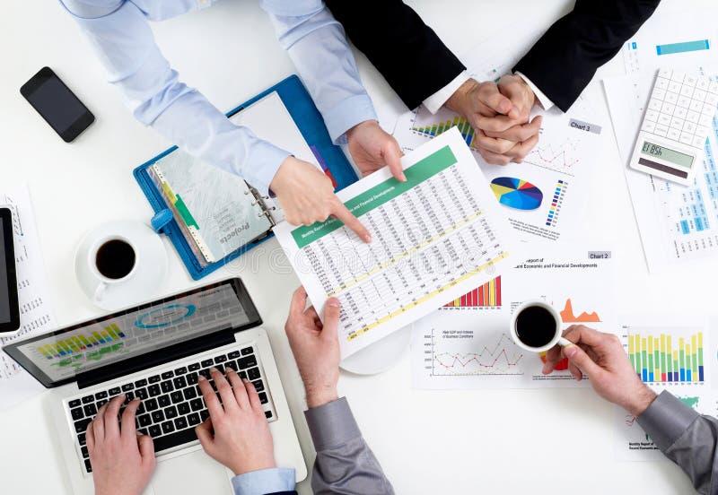 Finanzdebattenkonzept von oben stockbilder