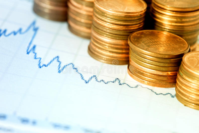 Finanzdiagramm und Münzen stockfotografie